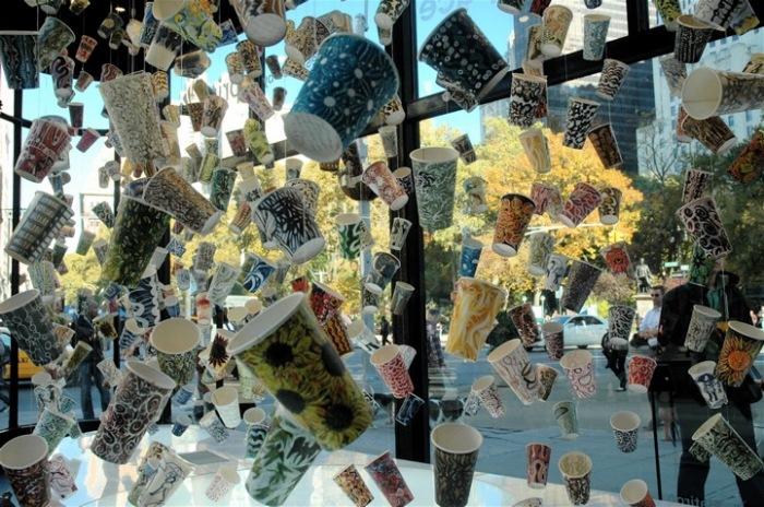 Бумажные стаканчики, расписанные забавными узорами