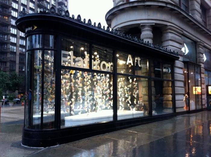Инсталляция из десятков бумажных стаканчиков демонстрируется круглосуточно