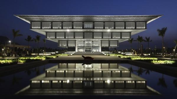 Здание музея в Ханое выглядит как огромные песочные часы