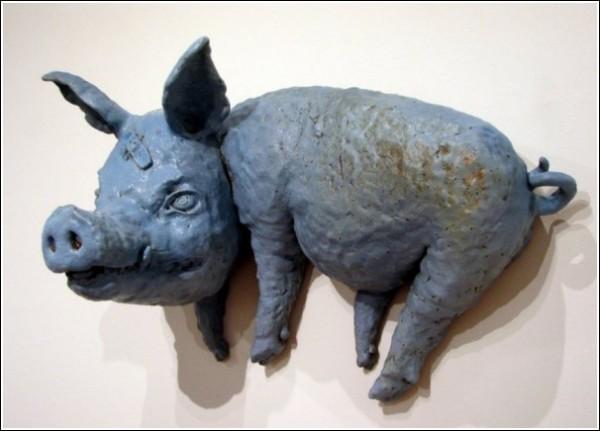 Странные керамические фигурки Бенджи Хью: свин