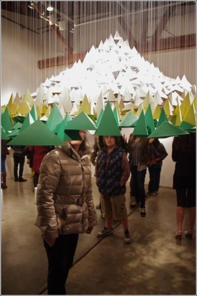 Гору составляет почти тысяча бумажных пирамидок