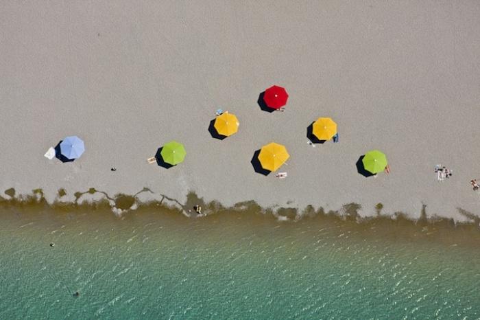 Разноцветные зонтики: пляжный фотопейзаж Клауса Лейдорфа
