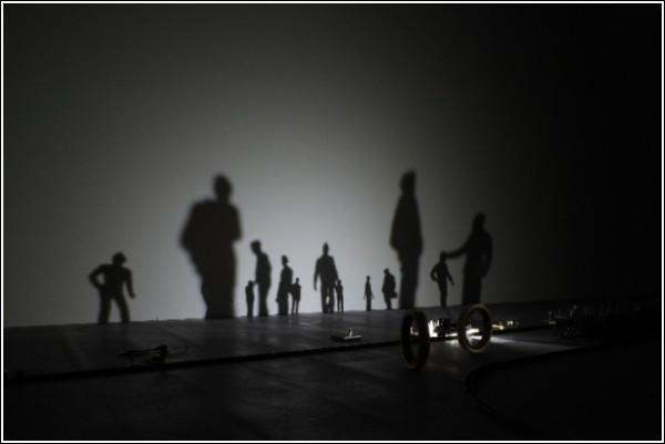 Тени на стене в видеоролике Риоты Кувакубо: пассажиры и провожающие