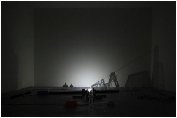 Тени на стене в видеоролике Риоты Кувакубо: железные вышки