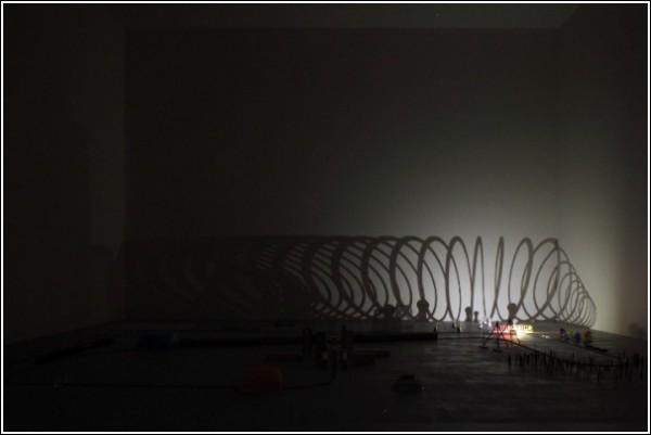Тени на стене в видеоролике Риоты Кувакубо: железная проволока