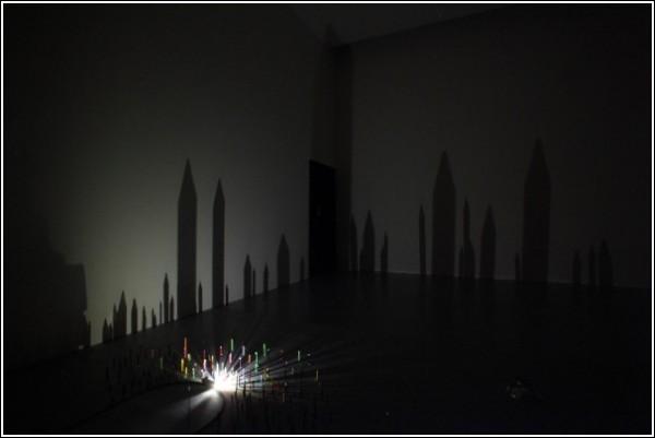 Тени на стене в видеоролике Риоты Кувакубо: дома? надгробья?