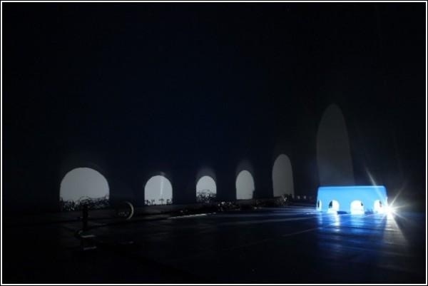 Тени на стене в видеоролике Риоты Кувакубо: тоннель
