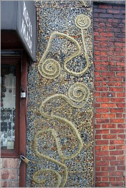 Стена мастерской по изготовлению ключей: завитки да змейки