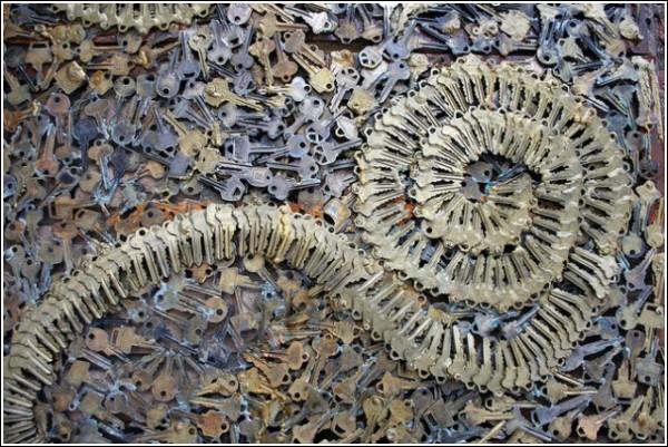 Спираль из ключей на стене мастерской
