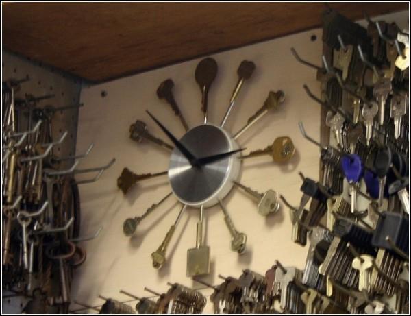 Часы с циферблатом из ключей