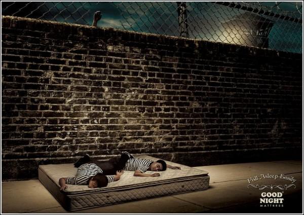 Оригинальная реклама матрасов: спящие беглецы