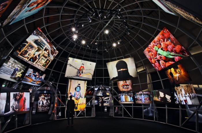 Серия фотографий в футуристическом интерьере: работы под куполом
