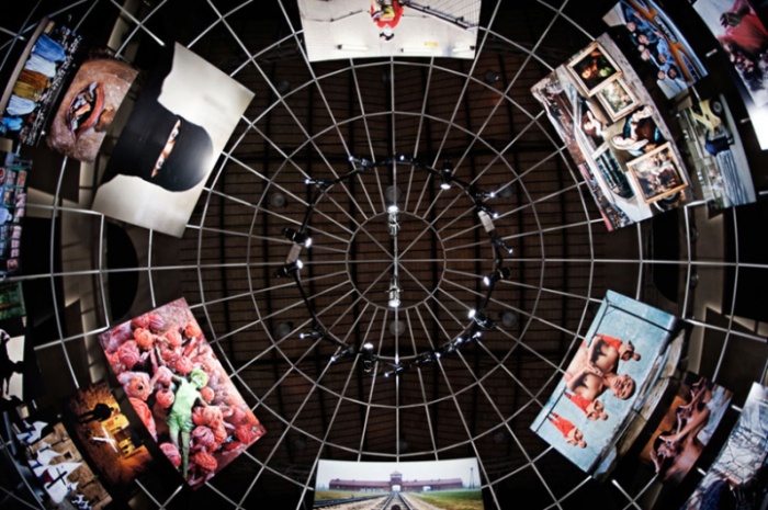 Серия фотографий в футуристическом интерьере: взгляд вверх