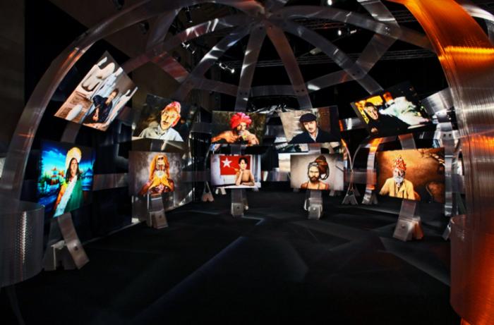 Необычно оформленная выставка работ Стива Маккарри