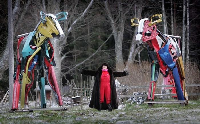 Металлическое стадо коров: скульптор с подопечными