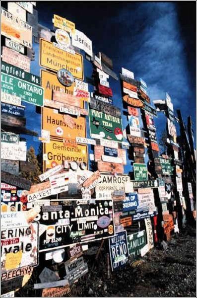 Дорожные знаки больше не являются указателями - теперь это инсталляция, в котрой далекие города оказываются рядом