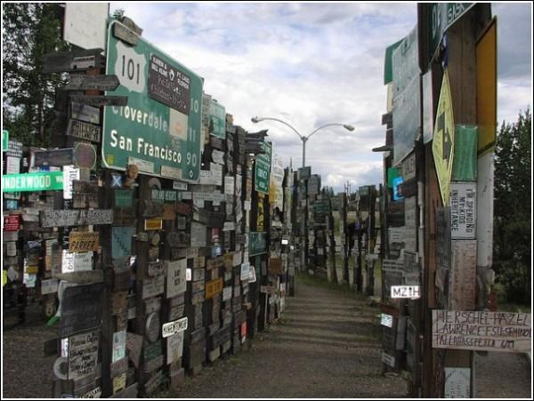 «Лес дорожных знаков» в Уотсон-лейке рос не один год