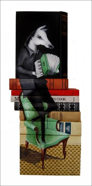 Художник использует для рисунков списанные из библиотечных фондов издания