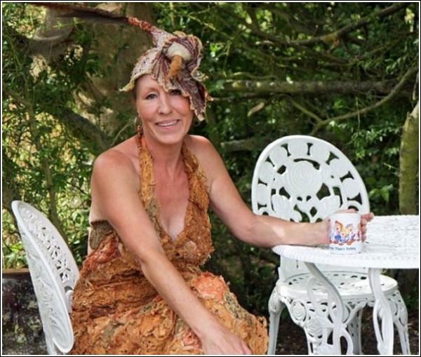 Грейс Робинсон в платье из подручных материалов за чашкой чаю