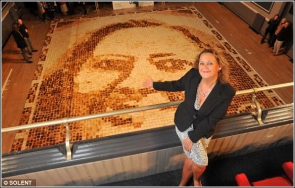 Автор мозаичной картины из тостов - Лаура Хедленд