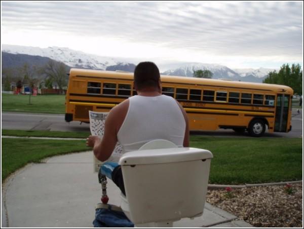 Забавные фотографии с автобусной остановки: неожиданный ракурс