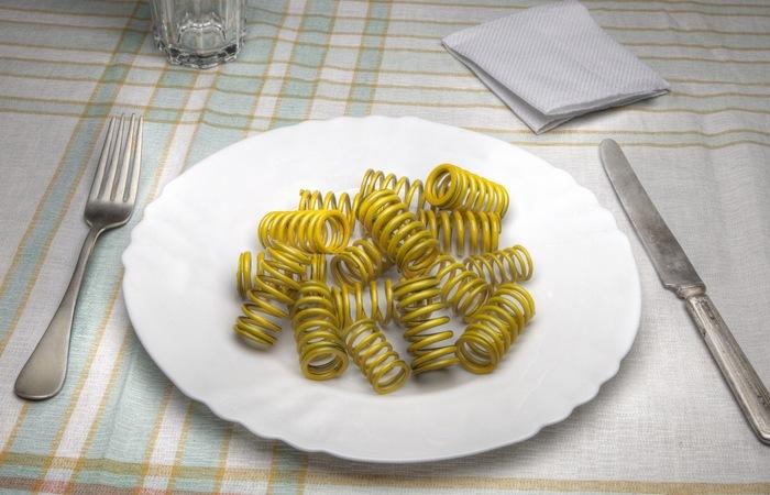 Пружинки и нитки вместо пасты: оригинальная реклама томатного соуса