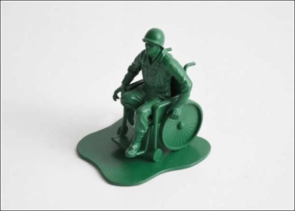 Игрушечные солдатики после настоящей войны: одноногий