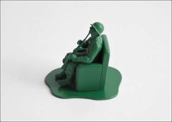 Игрушечные солдатики после настоящей войны: самоубийца (профиль)