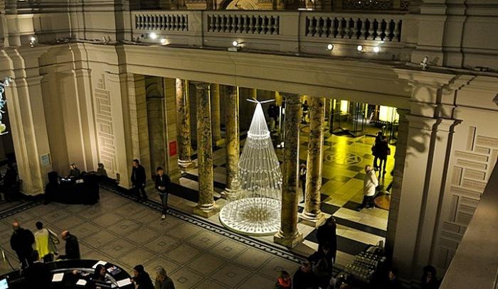 Рождественская елка из эластичного шнура в Музее Виктории и Альберта
