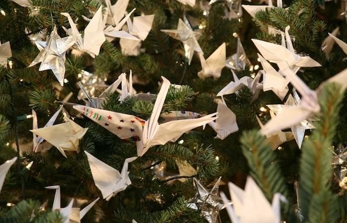 Древо надежды: рождественская елка с 7 тысячами бумажных журавликов