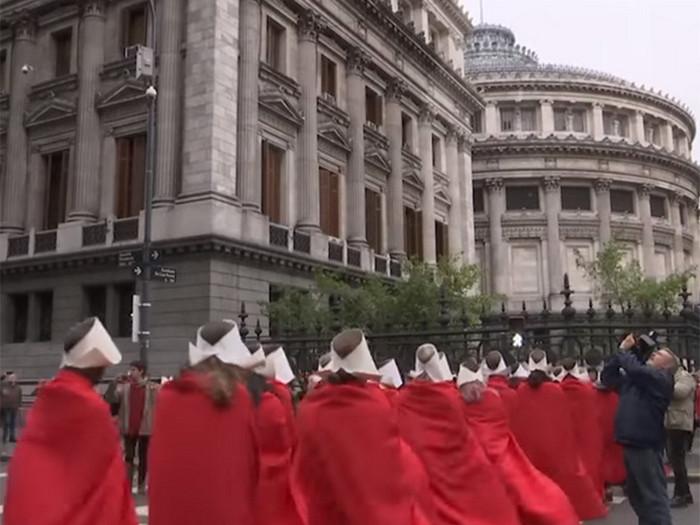 В Аргентине на улицы Буэнос-Айреса вышли сотни женщин в красном одеянии, протестуя против запрета абортов