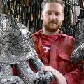 Художник соберет извлеченные из трупов ножи в 7-метровую скульптуру