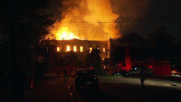 В Рио-де-Жанейро сгорел старейший в Бразилии музей - утеряны 20 млн экспонатов и 200 лет знаний