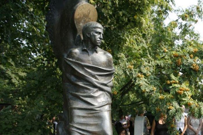 Поклонники Высоцкого раскритиковали обновлённый памятник барду на Ваганьково
