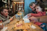 Скидка за хорошее поведение: владелец ресторана мотивирует родителей хорошо воспитывать своих детей