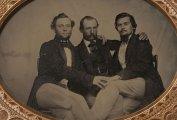 Интимные объятия в викторианскую эпоху: редкие снимки мужчин, позирующих в нетривиальных позах