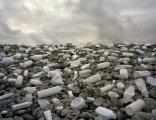 Искусство против мусора: инсталляции из хлама, найденного на побережье океана