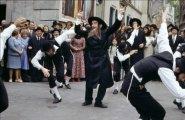 Зажигательный еврейский танец в исполнении великого комика Луи де Фюнеса