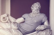 Джинсы, футболки, солнцезащитные очки: преображение античных статуй в современных хипстеров