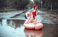 В Саратове модель провела фотосессию посреди городской лужи, чтобы показать свою гражданскую позицию